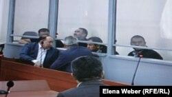 Бұрынғы премьер-министр Серік Ахметов ісі бойынша сотталушылар мен олардың адвокаттары сот залында. Қарағанды, 10 тамыз 2015 жыл.