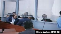 Подсудимые по делу бывшего премьер-министра Серика Ахметова и их адвокаты в суде. Караганда, 10 августа 2015 года.