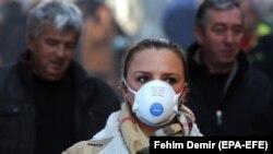 Zaštitna maska na ulicama Sarajeva, januar 2020.