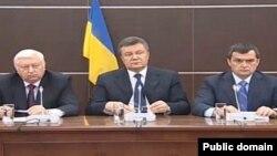 Бывший генеральный прокурор Украины Виктор Пшонка (слева) на пресс-конференции бывшего президента Украины Виктора Януковича в Ростове-на-Дону. 14 апреля 2014 года.