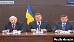 Прес-конференція екс-президента Віктора Януковича (в центрі), екс-генпрокурора Віктора Пшонки (ліворуч) і колишнього керівника МВС Віталія Захарченка після їхньої втечі до Росії. Ростов-на-Дону, квітень 2014 року