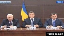 Прес-конференція екс-президента Віктора Януковича (в центрі), екс-генпрокурора Віктора Пшонки (ліворуч) і колишнього керівника МВС Віталія Захарченка, Ростов-на-Дону, 14 квітня 2014 року