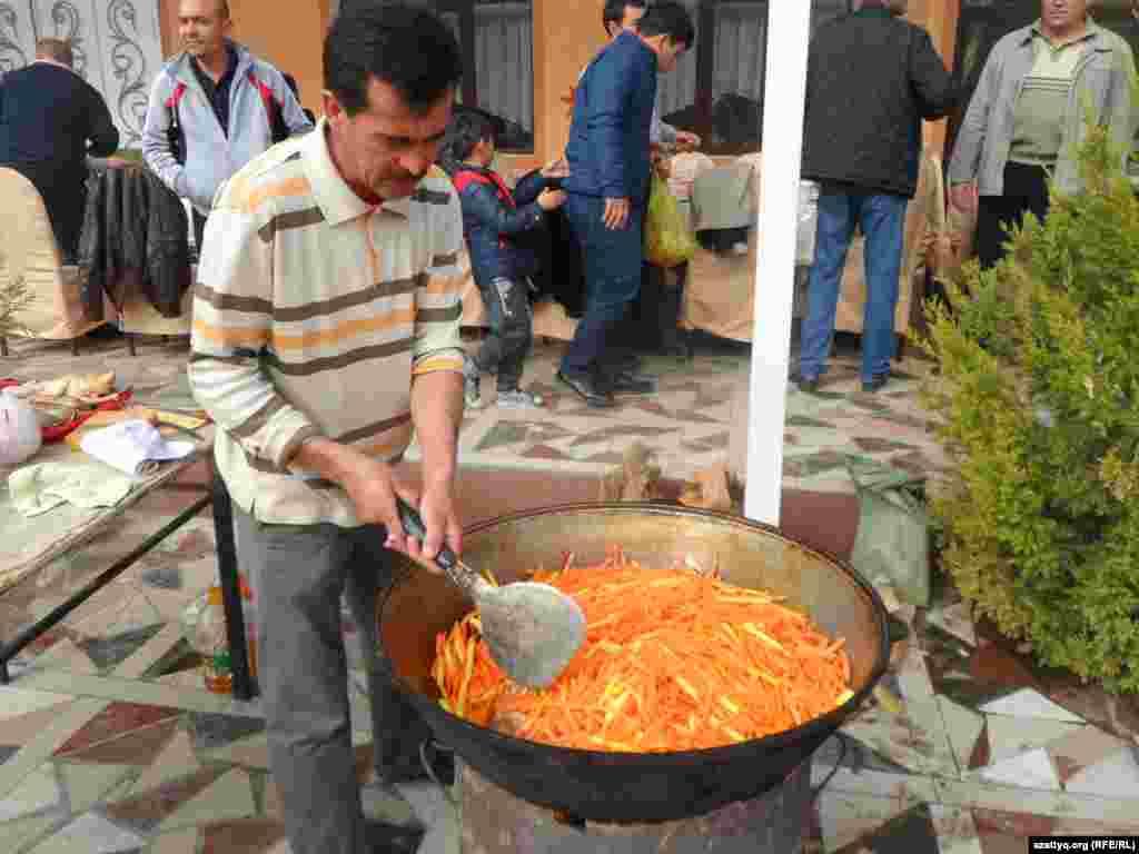 Особый вкус плову придает морковь, ее изобилие. Шымкент, 25 октября 2014 года.
