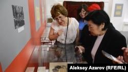 Данель Маргулан (справа) осматривает экспозицию выставки, открывшейся в год 115-летия ее отца, академика Алькея Маргулана. Алматы, 12 июня 2019 года.