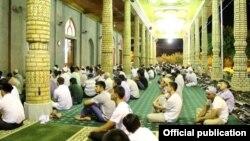 Прихожане мечети «Фатх» в Ташкенте слушают проповедь имама, 30 июля 2014.