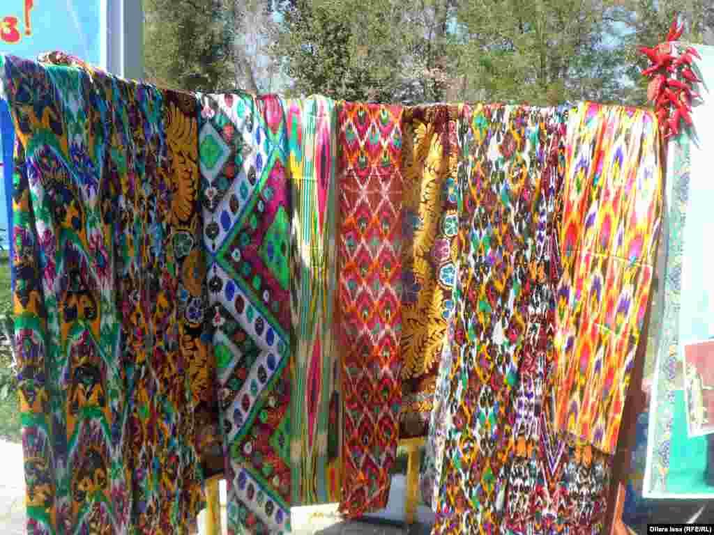 На юбилее узбекского культурного центра были широко представлены различные виды атласа - ткани, из которой шьют узбекские женские платья.