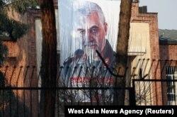 АҚШ-тың Тегерандағы бұрынғы елшілігі ғимаратының сыртына ілінген генерал Касем Сүлейманидің портреті. Иран, 7 қаңтар 2020 жыл.