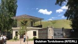 Территория дома Алмазбека Атамбаева.
