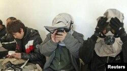 Жители на јужнокорејскиот остров Јеонгпиеонг седат во скривница со гас-маски