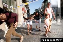 Люди покидают Рамблу после теракта