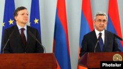 Armenia - President Serzh Sarkisian (R) and European Commission President José Manuel Barroso at a news conference in Yerevan, 1Dec2012.
