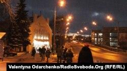 Рівне, вулиця Соборна, 9 вечора. Пасажири очікують громадський транспорт