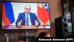 Vladimir Putin vorbind la televizor despre măsurile împotriva pandemiei, 2 aprilie 2020
