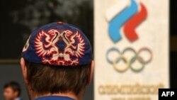 Мужчина рядом со зданием Олимпийского комитета России.