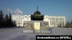 Памятник танку перед штаб-квартирой Уралвагонзавода