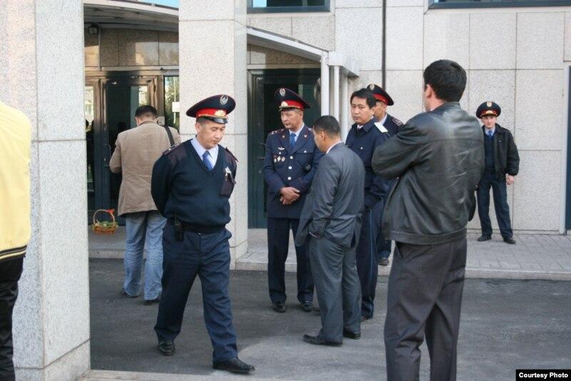 Офицеры полиции наблюдают за акцией протеста журналистов независимой газеты «Республика».