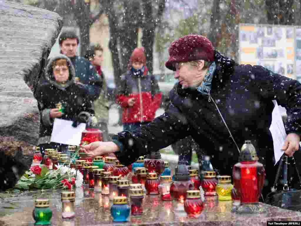 Жінка під час жалобного мітингу «Повернення імен» на згадку про жертв політичних репресій, Луб'янська площа, Москва, 29 жовтня.Photo by Yuri Timofeyev for RFE/RL