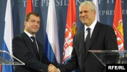 Serbian President Boris Tadic (right) with his Russian counterpart Dmitry Medvedev in Belgrade