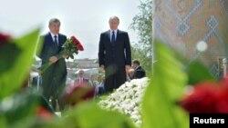 Шавкат Мирзияев в бытность премьер-министром Узбекистана и президент России Владимир Путин (справа) на могиле первого президента Узбекистана Ислама Каримова. Самарканд, 6 сентября 2016 года.