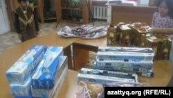 Балалар сыйлықтарын алып жатыр. Алматы, 26 желтоқсан 2012 жыл.