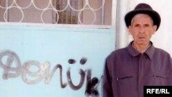 """Гурбандурды Дурдыкулиева возле своего дома, на воротах которого неизвестные оставили надпись """"предатель"""""""