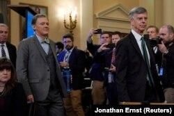 Джордж Кент, заместитель помощника госсекретаря США (слева) и временный поверенный в делах США на Украине Билл Тейлор перед началом слушаний в Конгрессe