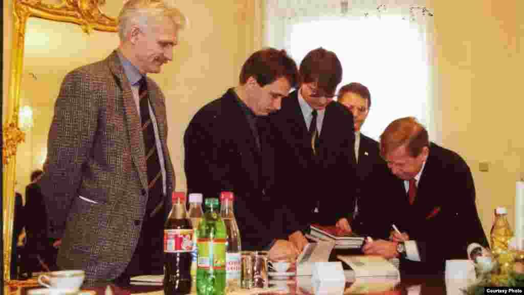 Алесь Бяляцкі, Анатоль Лябедзька, Аляксей Міхалевіч, Вінцук Вячорка на сустрэчы з Вацлавам Гаўлам. Прага, 2000 г.