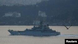 Российский военный корабль проходит пролив Босфор