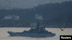 """Российский военный корабль """"Цезарь Куников"""" в проливе Босфор. 25 ноября 2015 года."""