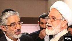 مهدی کروبی (راست) همراه با میرحسین موسوی و زهرا رهنورد از بهمن ۸۹ در حبس خانگی قرار دارند.