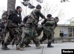 Афганські бійці виносять своїх поранених, Мазар-і-Шаріф, 4 січня 2016 року