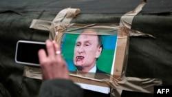Карикатура на Владимира Путина, размещенная на палатке на Майдане Незалежности. Киев, 2 марта 2014 года.