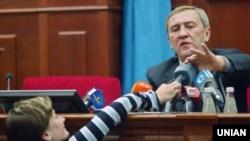 Леанід Чарнавецкі адказвае на пытаньні журналістаў. Фота 2006 году