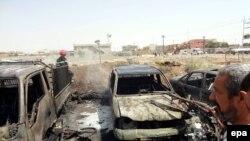 Иракцы осматривают место взрыва заминированного автомобиля в Киркуке. Ирак, 25 июля 2014 года. Иллюстративное фото.