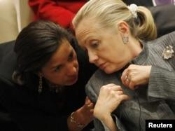 АКШнын Мамкатчысы Хиллари Клинтон (оңдо) жыйындагы сөзүнүн алдынан Кошмо Штаттардын БУУдагы элчиси Сьюзан Райс менен акылдашып жатат, Нью-Йорк, 31-январь, 2012