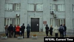 Свидетели Иеговы у суда, где слушается дело Райманов