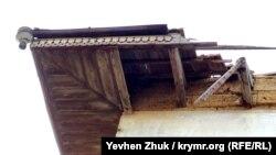 Сохранившаяся часть крыши усадьбы