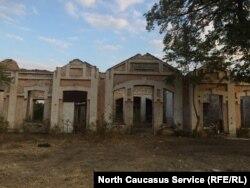Заброшенная ж\д станция рядом с барханом Сарыкум в Дагестане