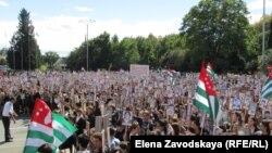 Чествованием героев, народными гуляниями, выставками, концертами и презентациями отметили день освобождения столицы Абхазии