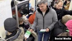 "Немцов раздаёт листовки оппозиционного марша ""Весна"""
