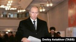 Vladimir Putin votează la o secție din Moscova