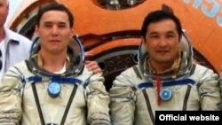 Казахстанские космонавты Мухтар Аймаханов (слева) и Айдын Айымбетов.