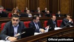 Депутаты неправящих партий во время заседания Национального Собрания Армении (архив)