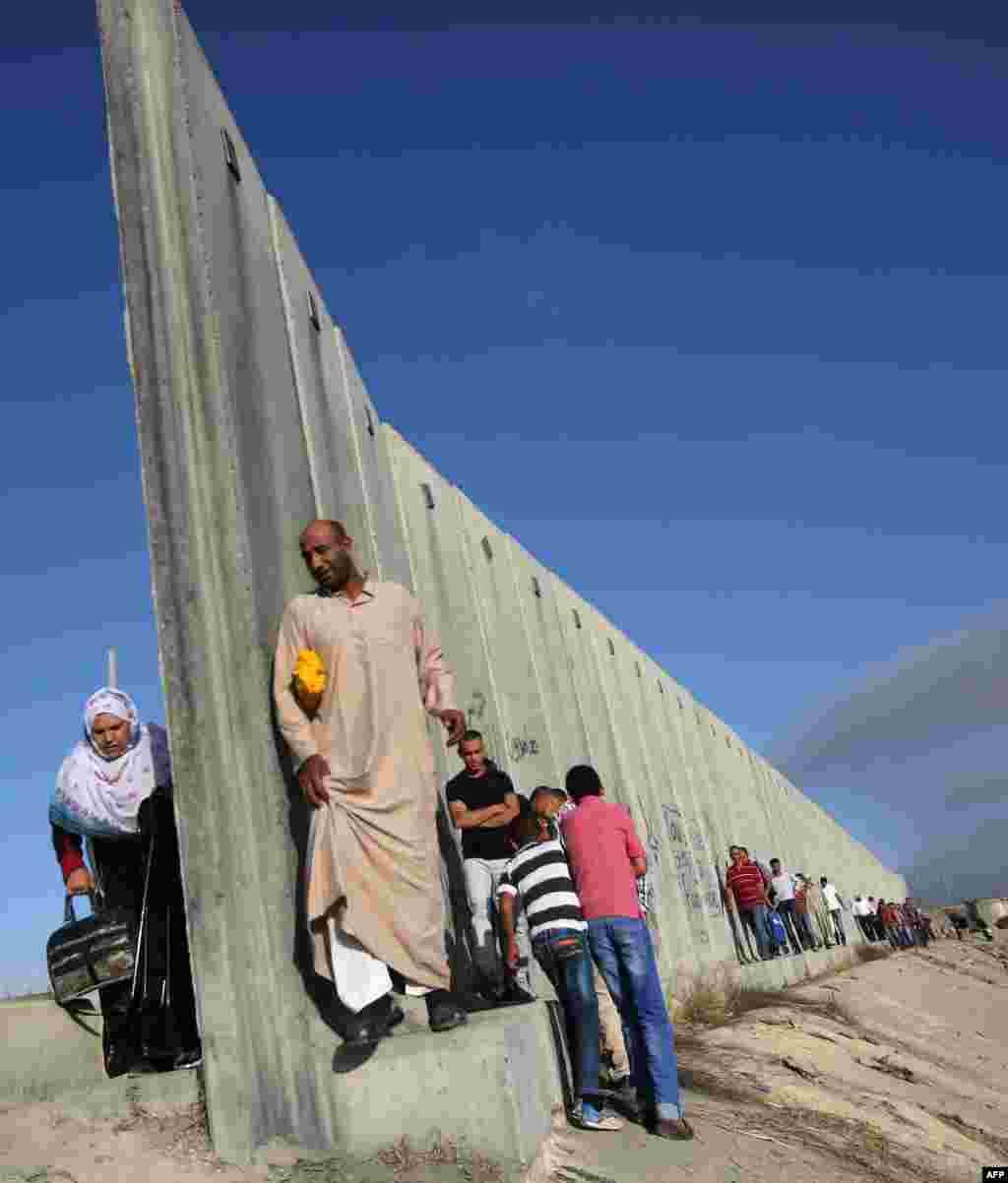 На фото - знаменитая стена, построенная Израилем, чтобы оградить палестинские поселения на Западном берегу реки Иордан. Железобетонная 8-метровая стенав некоторых сестах оснащена колючей проволокой и датчиками движения