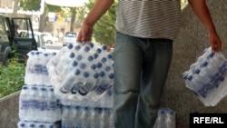 Вода в пластиковых бутылках может быть такой же опасной, как и из-под крана