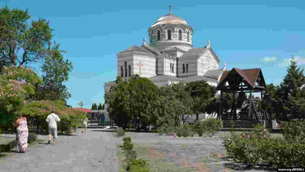 Вид на Свято-Владимирский православный собор УПЦ (МП)