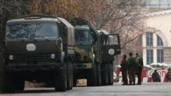 Вооруженные люди и военные машины вблизи контрольно-пропускного пункта на территории, контролируемой самопровозглашенной ДНР