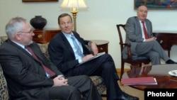 Сопредседатели Минской группы ОБСЕ (слева направо) Игорь Попов, Роберт Брадтке и Бернар Фасье (архивное фото)