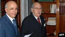 Временно исполняющий обязанности президента Туниса Фуад Мебазаа (справа) и премьер-министр Мохаммед Ганнуши. 17 января 2011