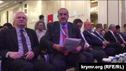 Конгресста катнашучылар, уртада Кырымтатар мәтлесе рәисе Рефат Чубаров